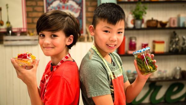 Mini-Paprika eingelegt oder nur mit Frischkäse? Ben und Felix zeigen, wie es geht. Ben mit einer Schale Mini-Paprikas, gefüllt mit Frischkäse. Felix hält ein Glas mit eingelegten Mini-Paprikas. | Rechte: ZDF/Rothkopf Rene