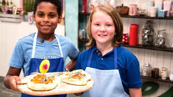 Lukas und Paul zeigen, wie man aus Marillen und Rosmarin eine köstliche Galette macht. Die Koch-Kids Lukas und Paul mit zwei Marille-Rosmarin Galetten. | Rechte: ZDF//Rothkopf Rene