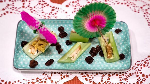 Was kann man eigentlich Leckeres mit Sellerie kochen? Alexander Kumptner zeigt es uns. Ein Teller mit Selleriebooten und kleinen Schirmchen geschmückt. | Rechte: ZDF//Rothkopf Rene