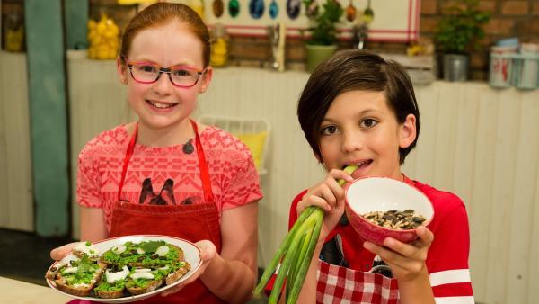 Anika und Ben zeigen, wie man aus Erbsen und Minze einen köstlichen Brotaufstrich macht. | Rechte: ZDF/Rothkopf Rene