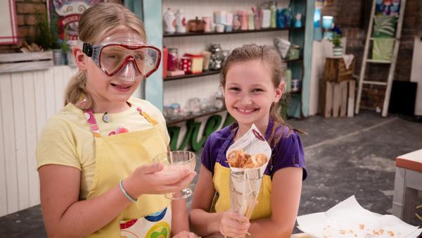 Zwiebeln schneiden ohne zu weinen: Anouk weiß wie! Zusammen mit Livia präsentieren sie ihre selbstgemachten Zwiebelringe. | Rechte: ZDF/Rothkopf Rene
