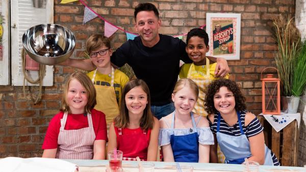 Was kann man eigentlich alles mit Datteln machen? Alex Kumptner zeigt den Koch-Kids süße aber auch salzige Leckereien. | Rechte: ZDF/Rothkopf Rene