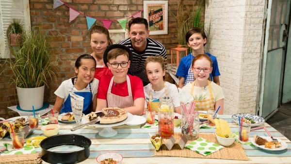 Alex Kumptner zeigt den Kochteams, was man aus Tofu so alles zaubern kann. | Rechte: ZDF//Rothkopf Rene