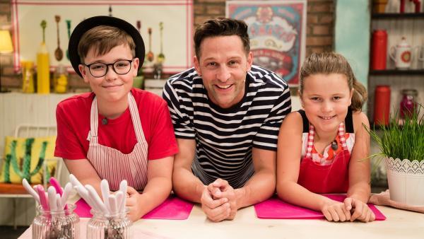 Team Rot (Julian, Viktoria) und Fernsehkoch Alex Kumptner kochen ausgefallene Tofugerichte. | Rechte: ZDF//Rothkopf Rene