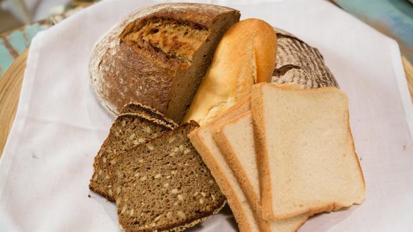 Alex Kumptner zeigt verschiedene Arten von Brot und wie man sie belegen kann. | Rechte: ZDF/Rothkopf Rene