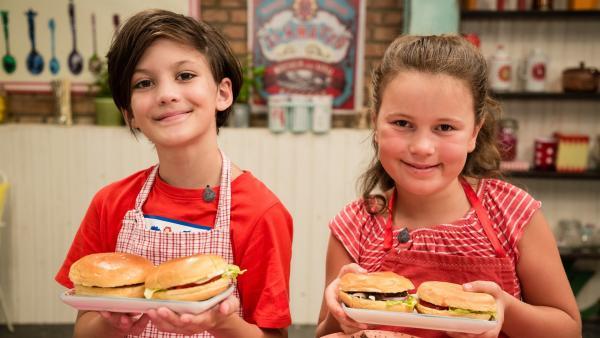 Hamburger einmal anders: statt Hackfleisch benutzen Ben und Viktoria Bohnen als Fleischersatz. | Rechte: ZDF/Rothkopf Rene