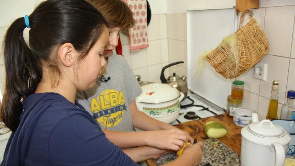 Rosita und Ozan beim Kochen | Rechte: SWR/Nordisch Filmproduction