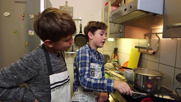 Linus und Michael kochen Knödel | Rechte: SWR/Nordisch Filmproduction