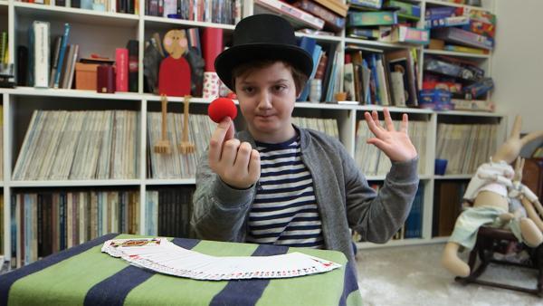 Crispin lebt in Hamburg, seine Mutter kommt aber aus Bayern. Bei Schmecksplosion kocht der Elfjährige deshalb zusammen mit seinem Freund Schayan bayerisches Brathähnchen mit Kartoffelsalat. Doch bevor die Gäste das Essen serviert bekommen, müssen sie noch Fingerspitzengefühl beweisen! | Rechte: SWR/Nordisch Filmproduction