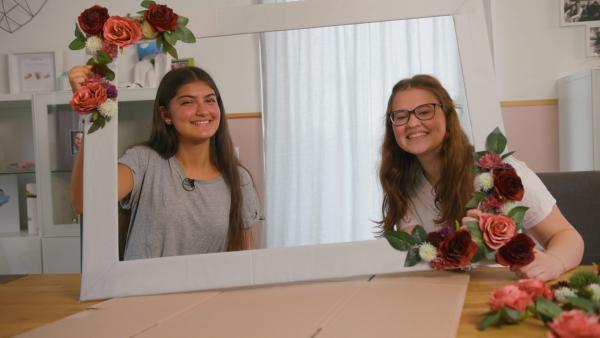 Alissa (15) und Sarah (16) basteln sich einen individuellen DIY-Bilderrahmen für ein Foto mit ihrem Lieblingspferd Carlo. | Rechte: SWR/Luisa Eesmann