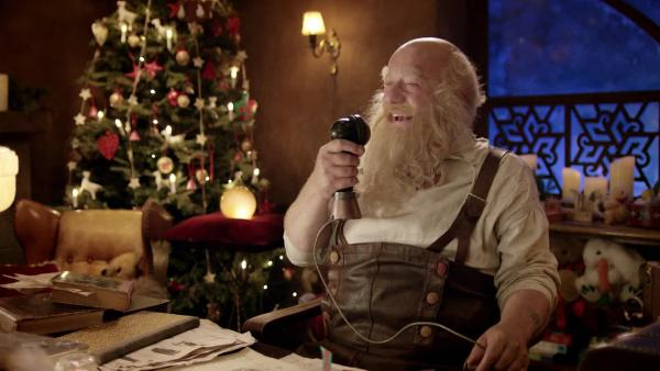 Julius freut sich in der Schneewelt über Weihnachtsspäßchen am Morgen. | Rechte: SWR/NRK/Beta Film