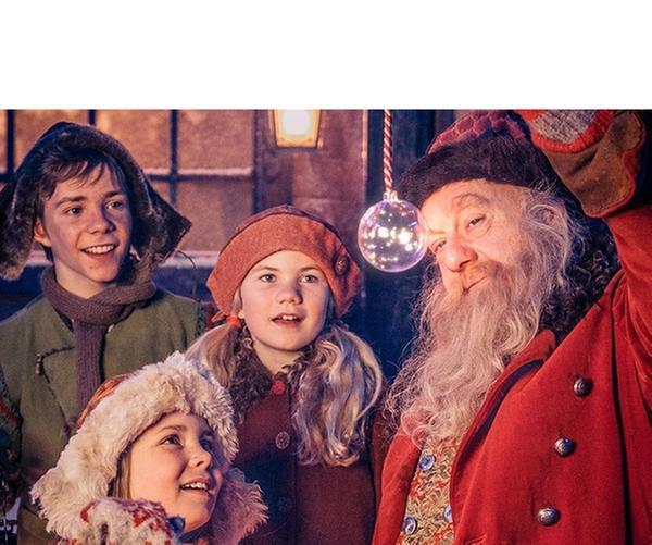 Selma (Siri Skjeggedal, Mi.), Pil (Kevin Haugan, li.) und Frida (Charlotte Myrset, vorn) zusammen mit Julius (Trond Høvik , re.), dem Weihnachtsmann.   Rechte: SWR/NRK/Beta Film