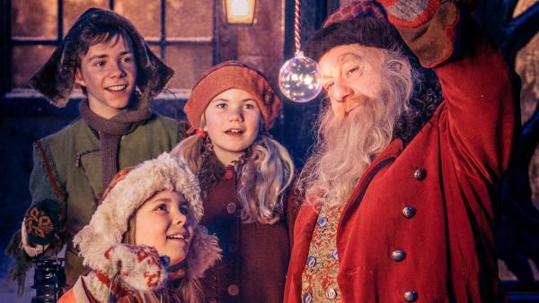 Selma (Siri Skjeggedal, Mi.), Pil (Kevin Haugan, li.) und Frida (Charlotte Myrset, vorn) zusammen mit Julius (Trond Høvik , re.), dem Weihnachtsmann. | Rechte: SWR/NRK/Beta Film