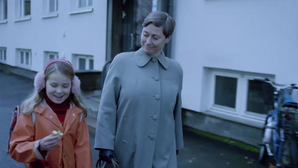 Ruth (Kjersti Elvik,re.) spendiert Selma (Siri Skjeggedal, li.) einen Donut für den Weg nach Hause. Das ist Weihnachtszauber für Selma. | Rechte: SWR/NRK/Beta Film