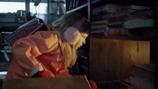 Selma (Siri Skjeggedal) findet im Antiquariat ein Portal in die Schneewelt. | Rechte: SWR/NRK/Beta Film