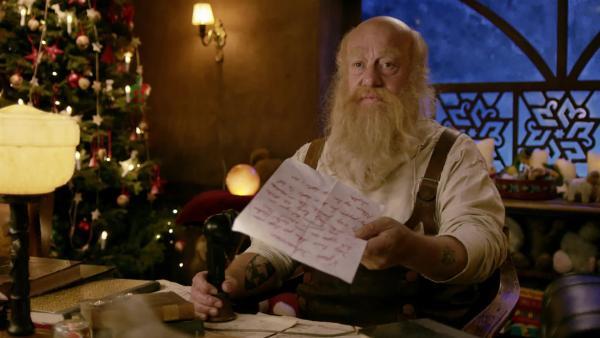 Der Weihnachtsmann Julius (Trond Høvik) erhält Selmas Wunschzettel und kommt ins Grübeln. | Rechte: SWR/NRK/Beta Film