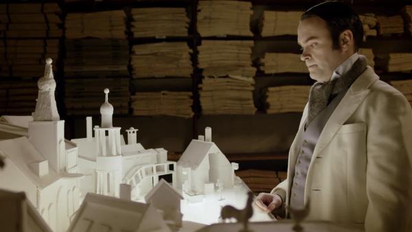 Ole Winter (Vidar Magnussen) und sein Schneewelt-Modell. Er hat seine ganz eigenen Pläne für die Schneewelt. | Rechte: SWR/NRK/Beta Film