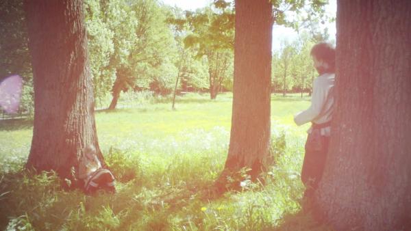 Pil und Frida im Garten der Schneewelt. | Rechte: SWR/NRK/Beta Film
