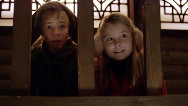 Pil (Kevin Haugan) und Selma (Siri Skjeggedal) lauschen bei der Weihnachtsfeier. | Rechte: SWR/NRK/Beta Film