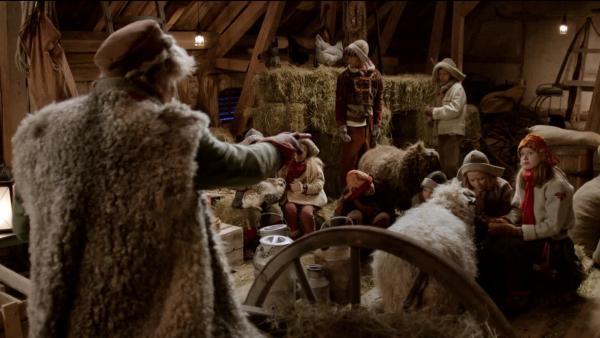 Während der Weihnachtsfeier unterrichtet IQ (Johannes Joner) die Kinder im Stall. | Rechte: SWR/NRK/Beta Film