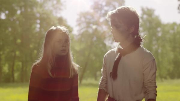 Die Kinder sollen im Garten nach Wundern suchen,, vorne Selma (Siri Skjeggedal), Pil (Kevin Haugan). | Rechte: SWR/NRK/Beta Film