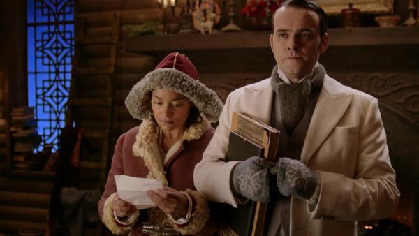 Ole Winter (Vidar Magnussen) lässt Gertrud (Iselin Shumba Skjævesland) einen angeblichen Abschiedsbrief von Julius vorlesen. Er möchte endlich selbst zum neuen Weihnachtsmann ernannt werden. | Rechte: SWR/NRK/Beta Film