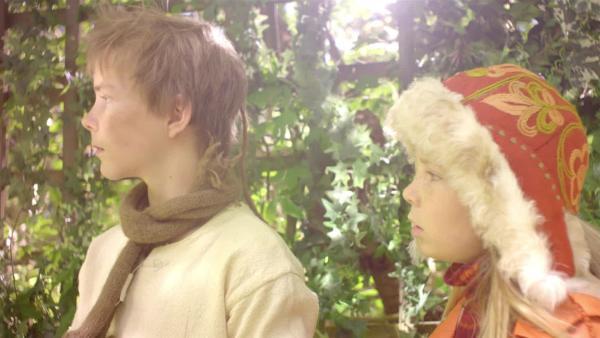 Pil (Kevin Haugan) überredet Selma (Siri Skjeggedal) in der Schneewelt zu bleiben. | Rechte: SWR/NRK/Beta Film