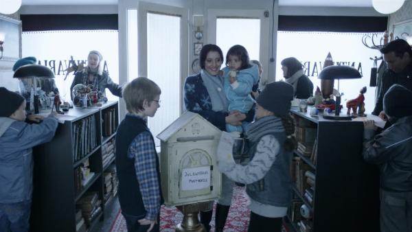 Seit Håkon (Even Aakre) den Weihnachtsmann-Briefkasten in Ruths Antiquariat aufgestellt hat, ist dort immer was los.   Rechte: SWR/NRK/Beta Film