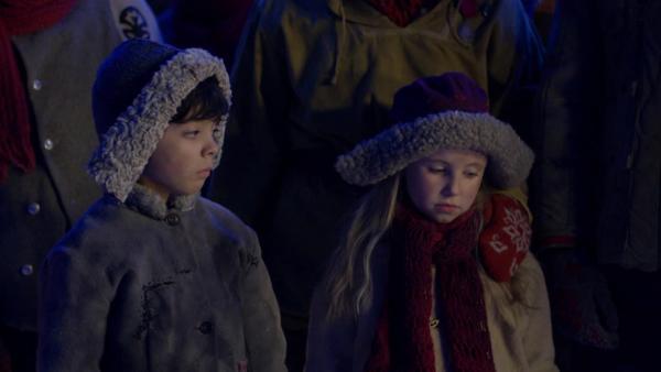Lilli (Ella Indregard Yttri) hatte gehofft, Juluis wäre zurück und ist nun enttäuscht. Daneben Fred (Fredrik Eide).   Rechte: SWR/NRK/Beta Film