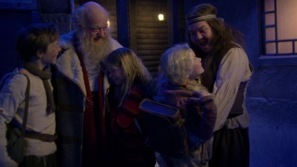 Weihnachtsmann Julius (Trond Høvik) ist endlich zurück im Dorf, Pil (Kevin Haugan), Selma (Siri Skjeggedal), Frida (Charlotte Myrset), Stål (Nils Jørgen Kaalstad) freuen sich.   Rechte: SWR/NRK/Beta Film