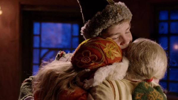 Selma (Siri Skjeggedal) verabschiedet sich von Frida (Charlotte Myrset) und Pil (Kevin Haugan).   Rechte: SWR/NRK/Beta Film