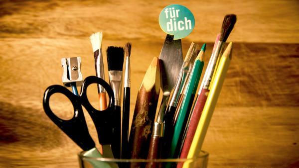 Schere, Stifte, Pinsel, Spitzer, Basteluntensilien | Rechte: KiKA