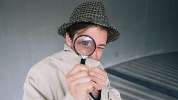 Der Detektiv-Check / Tobi als Detektiv mit Lupe   Bild: BR / megaherz / HF Hopfner   Rechte: BR / megaherz / HF Hopfner