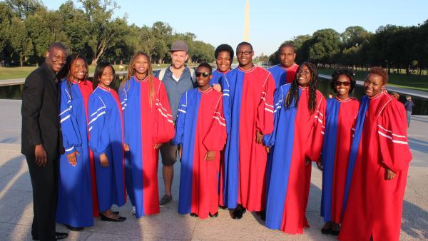Ben zusammen mit dem Washington Youth Choir vor dem Washington Monument. | Rechte: KiKA/Matthias Huff