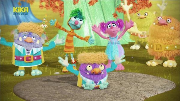 Heute ist Henking-Tag. Das ist ein Troll-Feiertag. Einmal im Jahr, wenn die Sonne am hellsten scheint, kommen die Trolle aus ihren Bäumen und tanzen den Henking bis sie umfallen. | Rechte: KiKA/Sesame Workshop/SpeakeasyFX