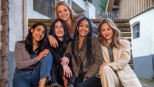 Hilla, Janina, Alina, Feli und My (v.l.n.r.) waren bei der allerersten Mädchen-WG Staffel 2010 in Köln dabei. Zum ersten Mal nach elf Jahren treffen sich alle fünf Freundinnen von damals für ein langes Wochenende auf einem Bauernhof wieder. Und eines steht fest: Echte Freundschaft hält für immer! | Rechte: ZDF/Guenter Plonczynski