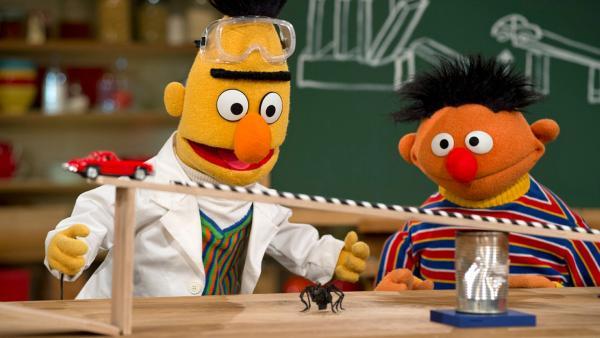 Ernie und Bert experimentieren.   Rechte: NDR Foto: Thorsten Jander