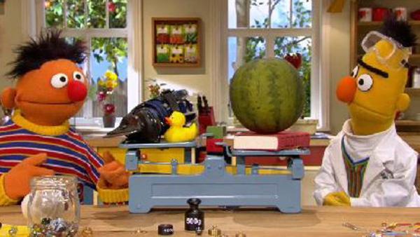 Ernie und Bert an der Waage. | Rechte: NDR Foto: Screenshot