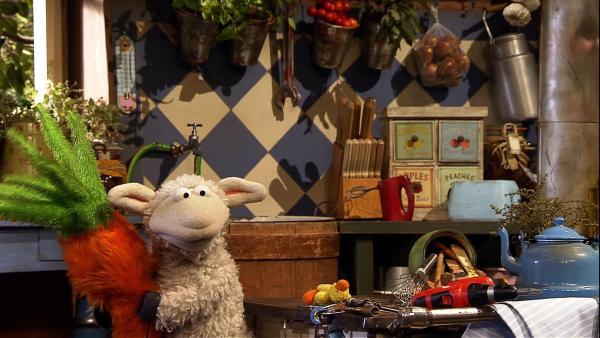Wolle möchte lieber ungestört an seiner neuen Maschine basteln als mit Pferd zu frühstücken und ist genervt, weil Pferd seine Baupläne bekleckert hat. | Rechte: NDR