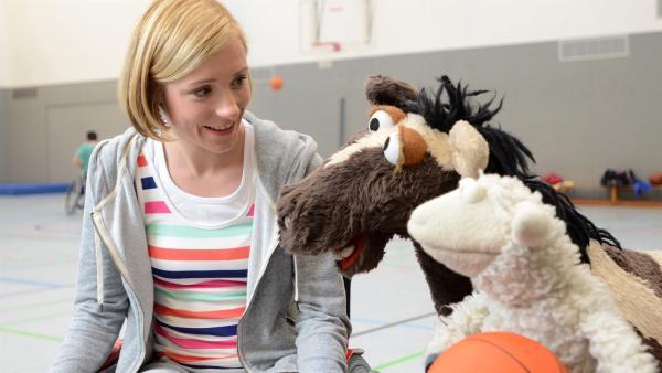 Wolle und Pferd begleiten Rieke (Friederike Linke) zum Rollstuhlbasketball, weil sie wegen einer Verletzung nicht laufen kann | Rechte: NDR/Uwe Ernst