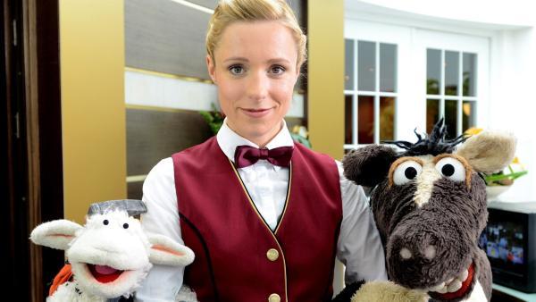 Wolle und Pferd haben ein Wochenende in einem Hotel gewonnen. Voller Vorfreude stürzen sie sich ins unbekannte Abenteuer und treffen Rieke (Friederike Linke), die an der Rezeption arbeitet. | Rechte: NDR/Uwe Ernst
