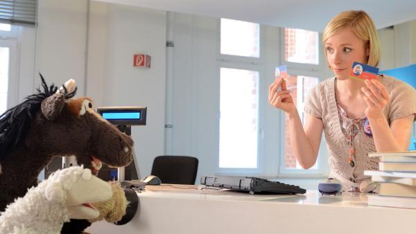 Wolle und Pferd sind völlig begeistert von der modernen Buchrückgabemaschine, müssen sich allerdings von Rieke (Friederike Linke) belehren lassen, dass pro Person maximal zehn Bücher ausgeliehen werden dürfen.   Rechte: NDR/Uwe Ernst