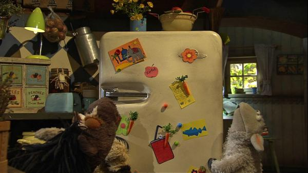 Wolle und Pferd hätten so gerne ihren Kühlschrank oben auf der Dachterrasse, um dort kühle Getränke genießen zu können. Doch alleine bekommen sie das Ding einfach nicht nach oben.   Rechte: NDR/Sesame Workshop