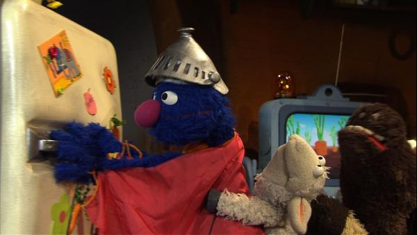 Der Kühlschrank ist zu schwer. So ein Problem lässt sich nur mit Superkräften lösen - Supergrobi muss helfen!   Rechte: NDR/Sesame Workshop