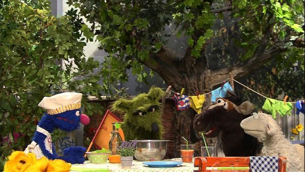Der Wolf bekommt die letzte Eiskugel von Grobi und lacht sie deswegen auch noch aus! Die Freunde schließen mit ihm eine Wette ab: Schaffen sie es, selbst Möhreneis zu machen? | Rechte: NDR/Sesame Workshop