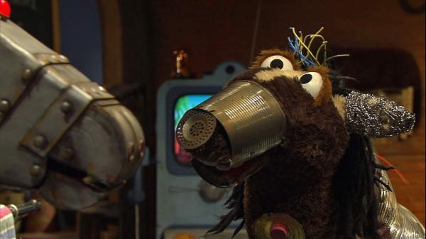 Wolle hat eine Idee: Wenn Pferd nicht mit ihm spielt, dann baut er sich eben einen neuen Freund: ein Roboterpferd!   Rechte: NDR/Sesame Workshop