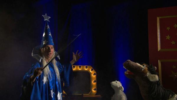 Zauberer Canneloni beeindruckt Wolle und Pferd ind er Zauberschule mit seinen Künsten, doch dann verrät er ihnen, dass das alles gar keine echte Zauberei, sondern alles nur Tricks sind. | Rechte: NDR/Sesame Workshop