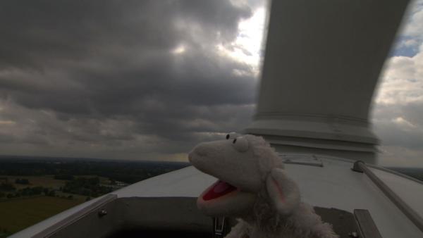 Wolle hoch oben auf einem Windrad. | Rechte: NDR/Sesame Workshop