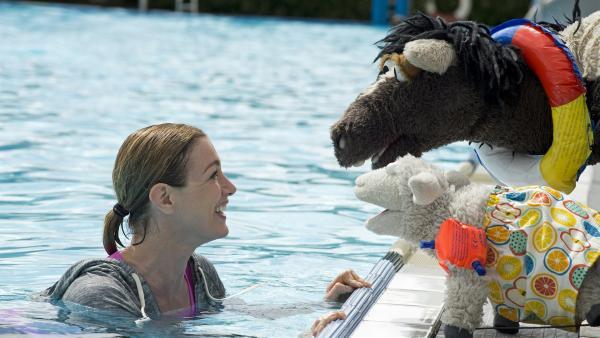 Pferd und Wolle haben Angst vor dem Wasser. Zum Glück ist Rike (Friederike Linke) da! | Rechte: NDR/Sesame Workshop