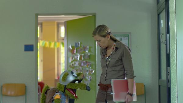 Die Lehrerin (Petra Frank) redet mit dem Wolf. | Rechte: NDR/Sesame Workshop